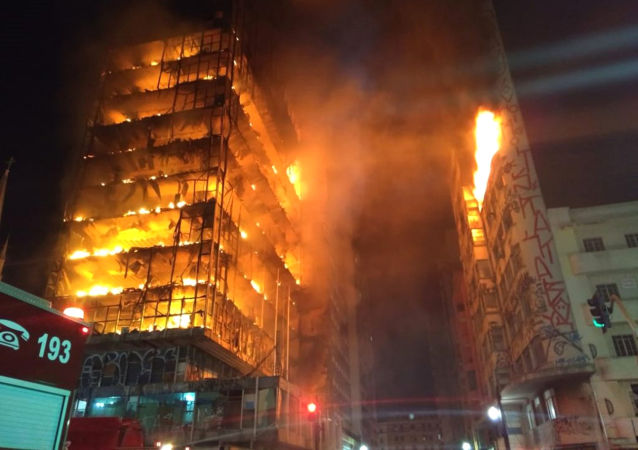 V centru São Paula se zřítil hořící výškový dům