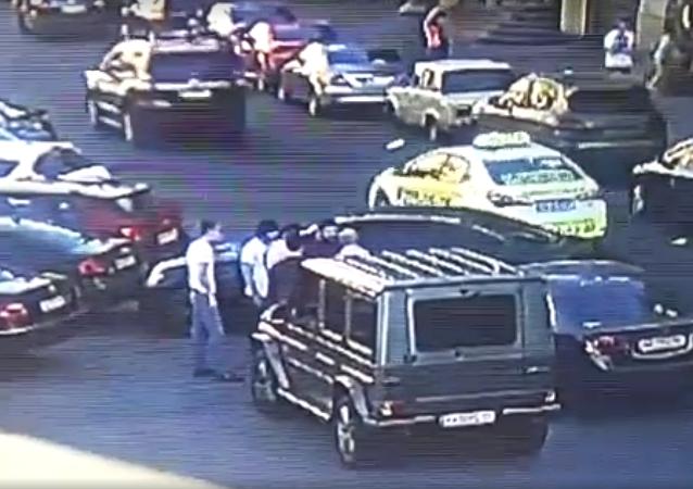 Na webu se objevilo video, jak poslanci Rady zlomili čelist