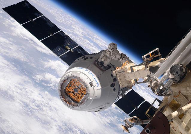 Kosmická loď SpaceX Dragon během spojení s ISS