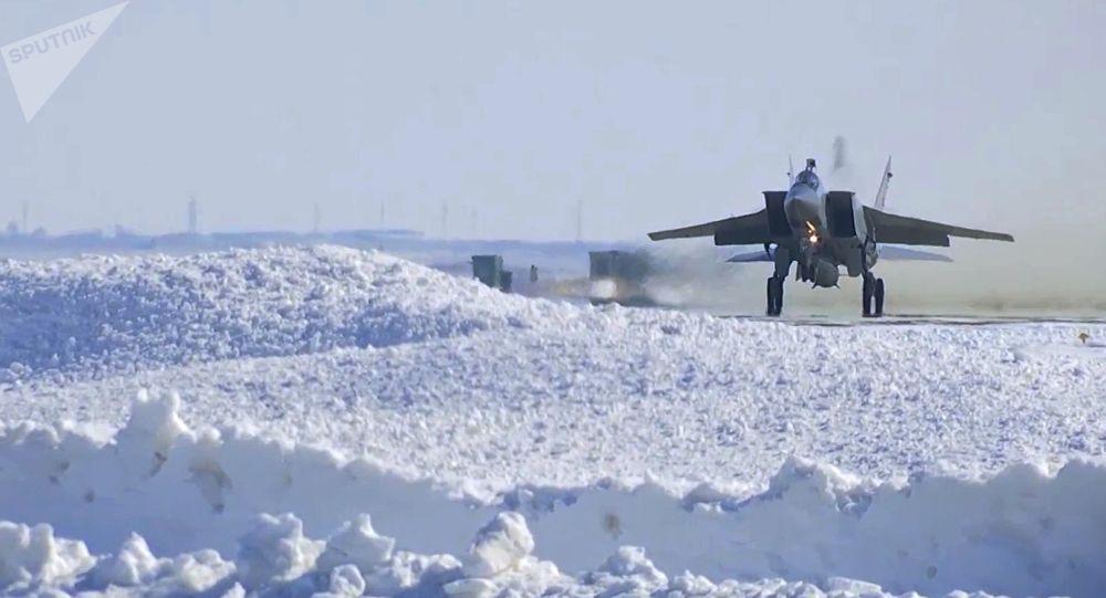MiG-31 během cvičení odpálení hypersonické rakety Kinžal