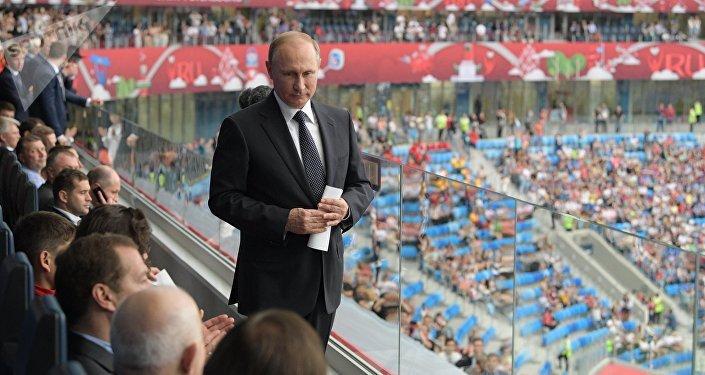 Vladimir Putin při Konfederačním poháru 2017 v Petrohradu