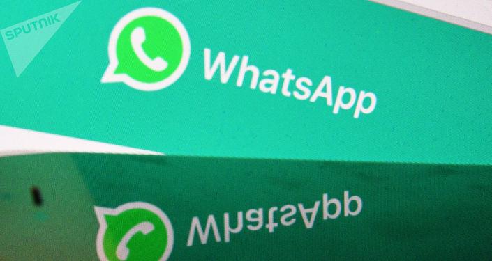 Webová stránka messengeru WhatsApp na monitoru počítače