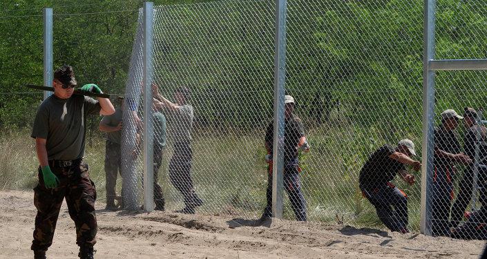 Maďarští vojáci staví plot na hranici se Srbskem