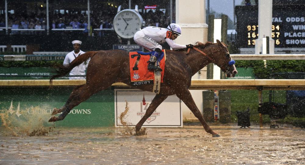 Kůň Justify s žokejem Mikem Smithem vyhrává 144. Kentucky Derby, 4. května 2018