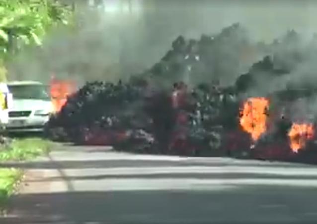 Proud rozžhavené lávy zničil auto, které mu stálo v cestě