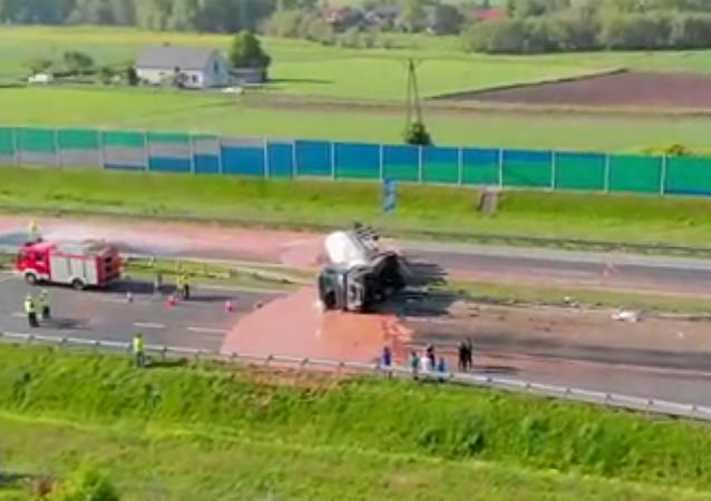 Dolce vita na polský způsob: záchranáře zaměstnala čokoláda rozlitá na silnici (VIDEO)
