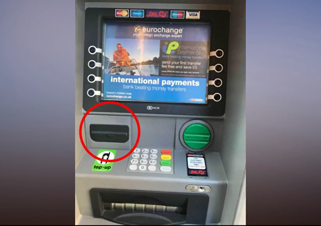Policista objevil skrytou kameru v bankomatu