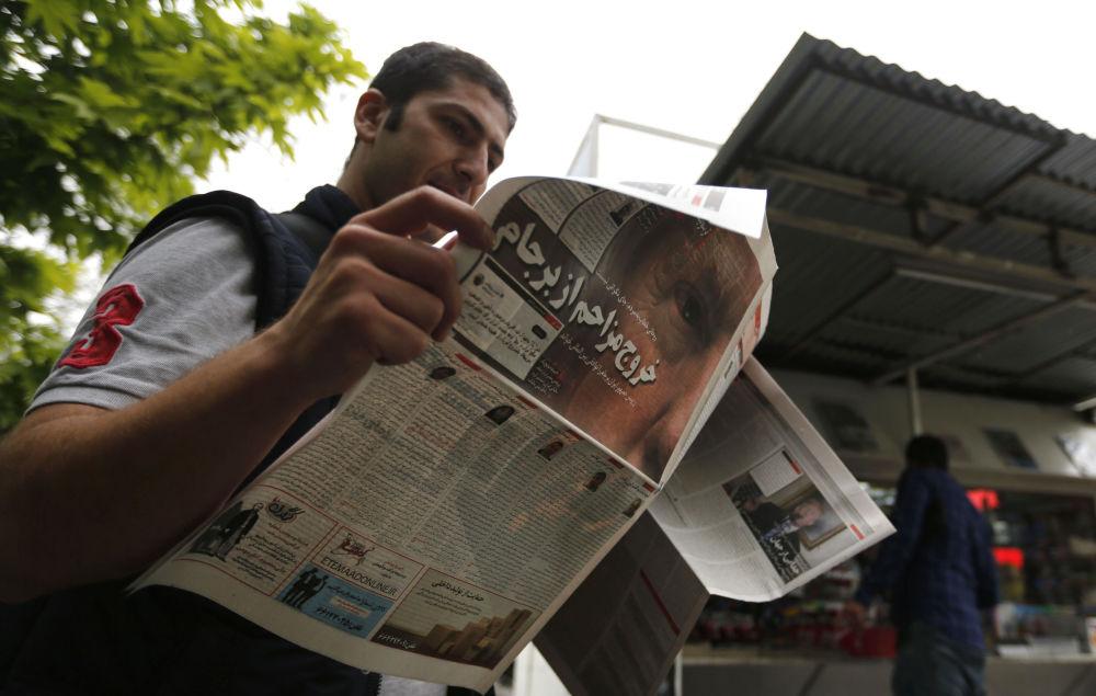 Muž s novinami v Teheránu