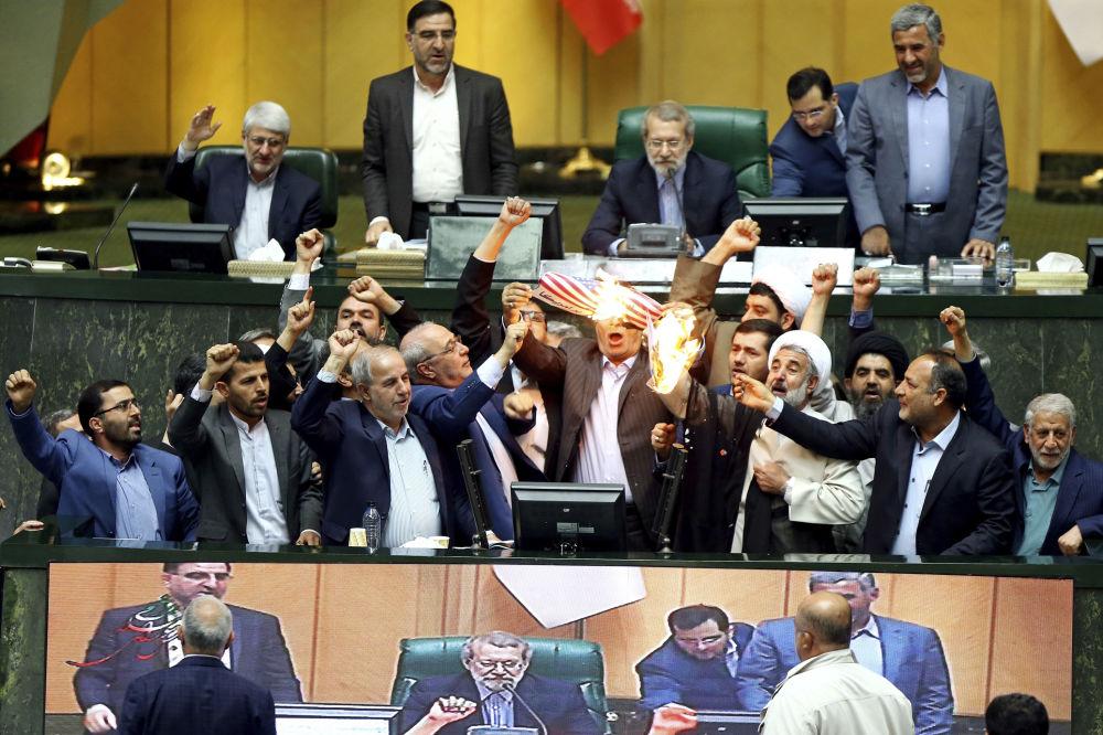Spálení papíru znázorňujícího americkou vlajku v íránském parlamentu
