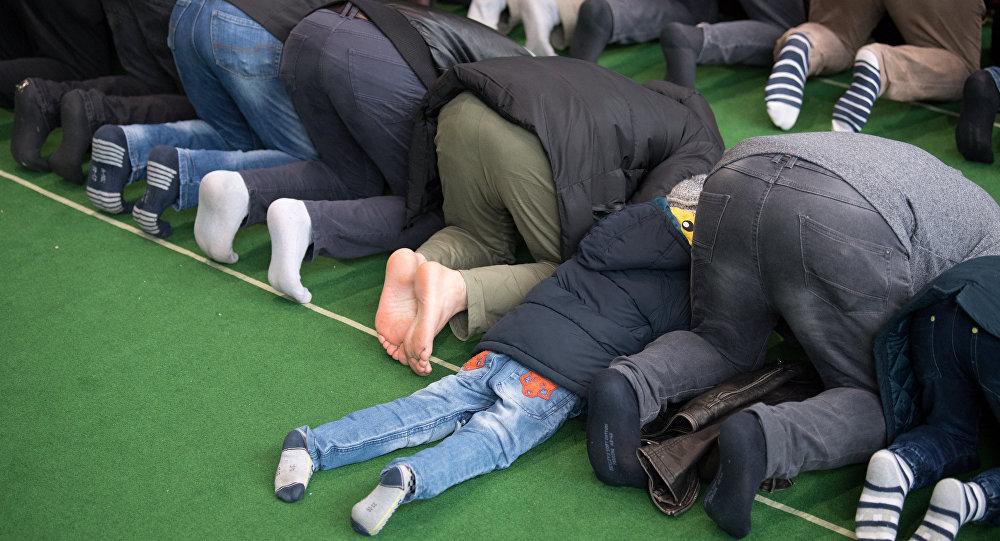Muslimové se modlí v improvizované mešitě v Postupimi u Berlína, 16. března 2018