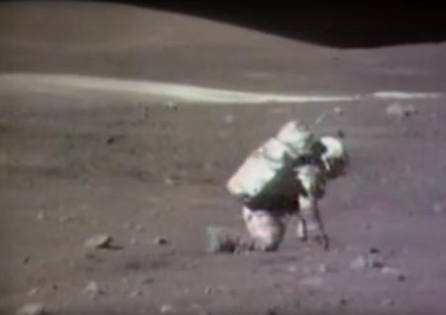 Američtí astronauti chodí po Měsíci a padají