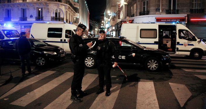 Policie v místě útoku nožem v Paříži