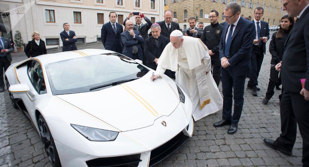 Unikátní sportovní auto Lamborghini Huracan darované papeži Františkovi