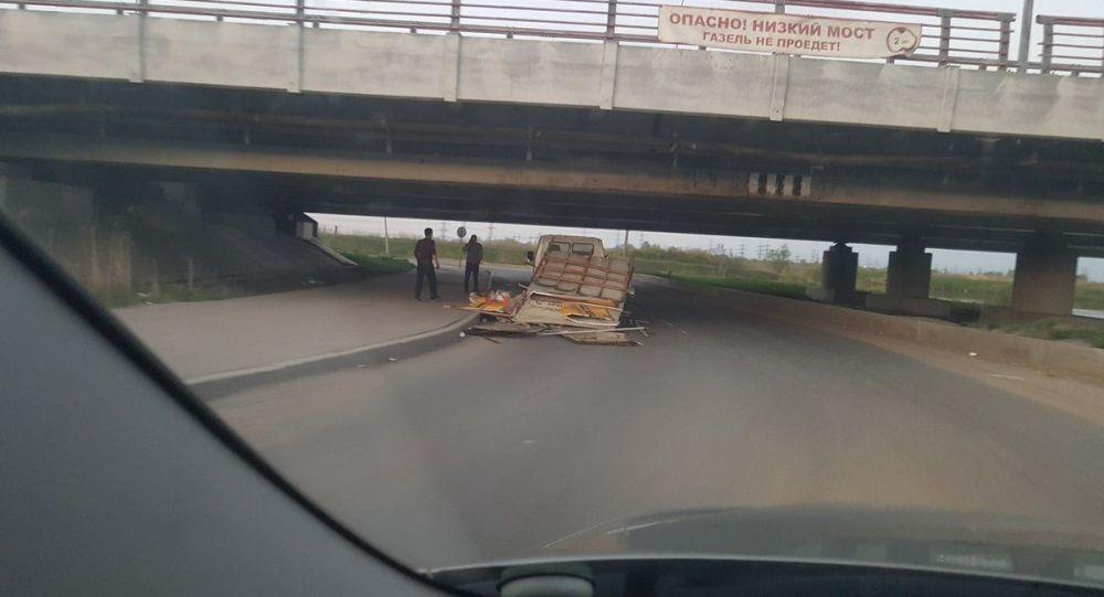 Most nad Lensovetskou cestou v Petrohradu
