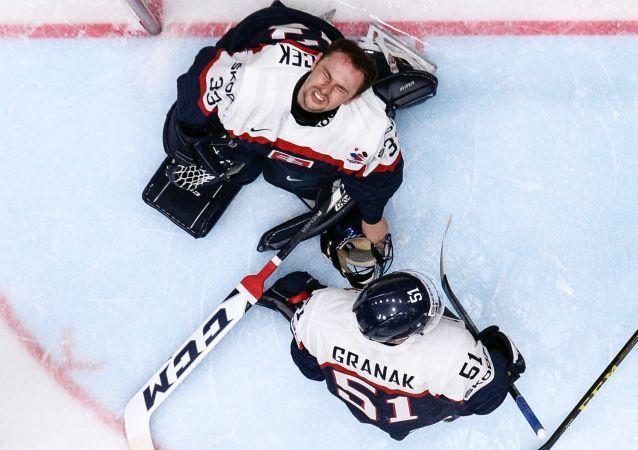 Hráči slovenského národního týmu ve skupinovém zápase Mistrovství světa v ledním hokeji IIHF