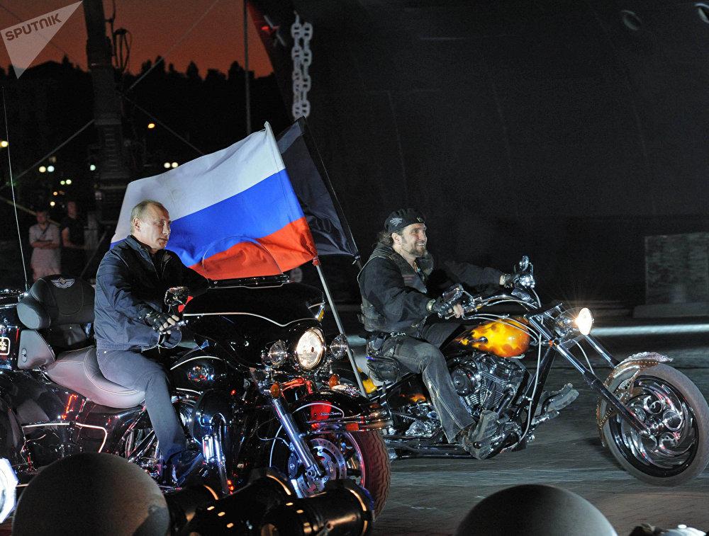 Premiér Vladimir Putin spolu s předákem Nočních vlků Alexandrem Zaldostanovem v Novorossijsku.