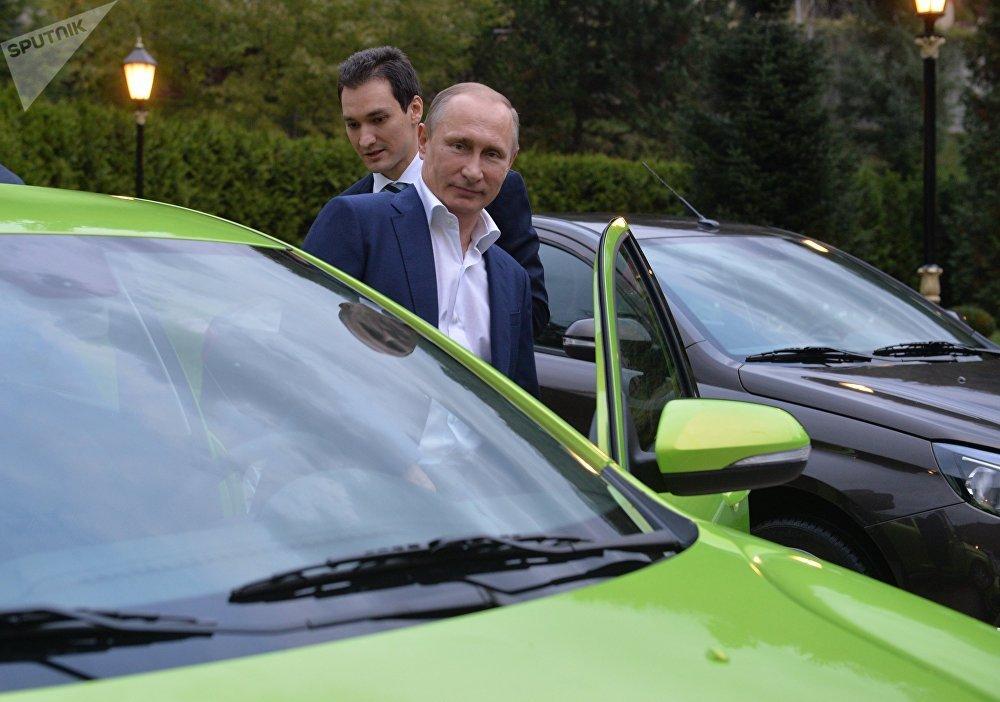 Vladimir Putin nasedá do vozu Lada Vesta.