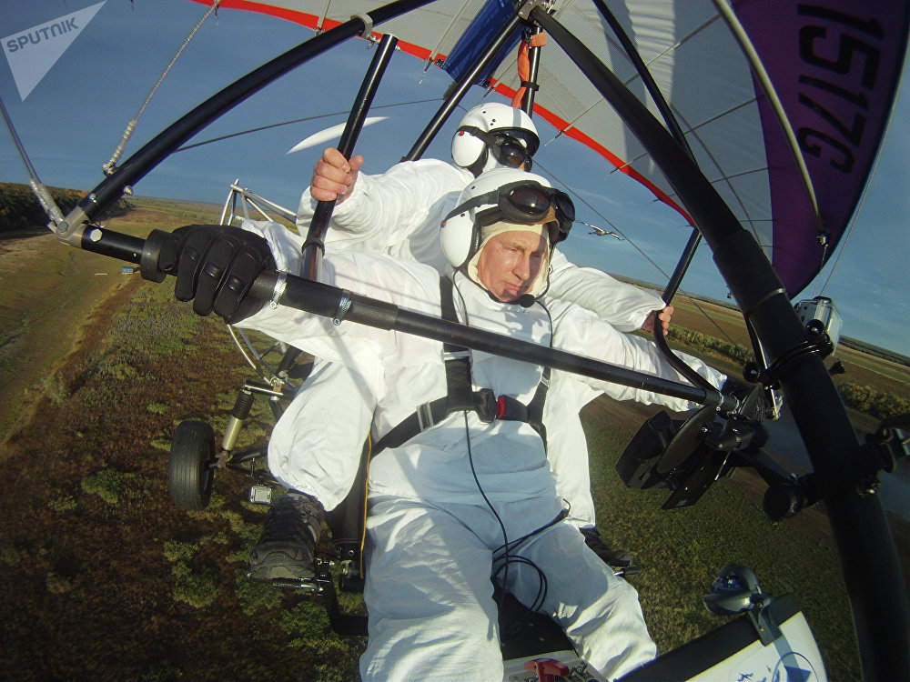 Vladimir Putin během letu v rogalu.
