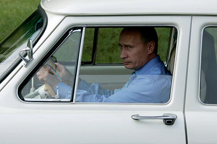 Prezident za volantem GAZu-21 u Soči v roce 2005.