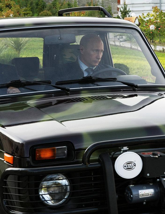Vladimir Putin za volantem terénního vozu Niva.