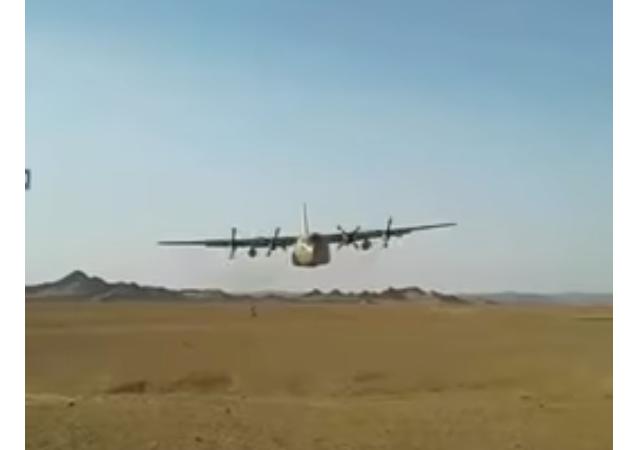 Americký C-130 proletěl metr nad armádu