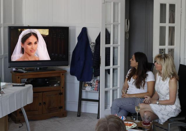 Ženy sledují přenos svatby prince Harryho a Meghan Markle