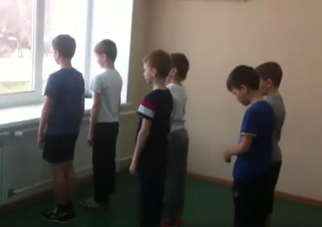 Video z hodiny tělocviku ukazuje, proč dívky nepotřebují armádu (a kdo bude řídit svět)