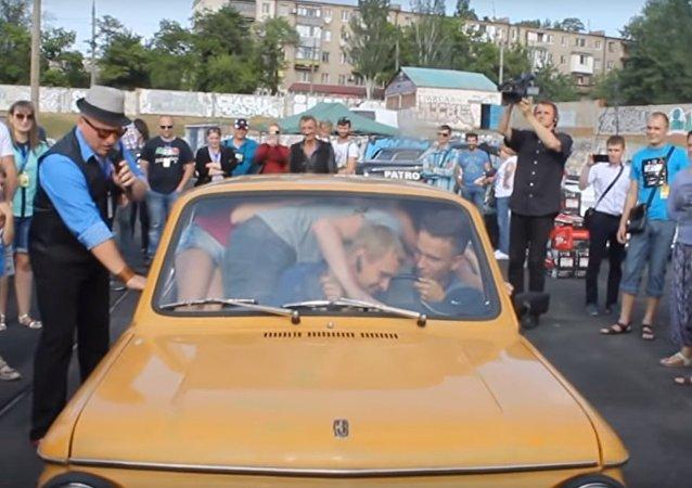 Na Ukrajině vytvořili rekord kapacity auta Zaporožec