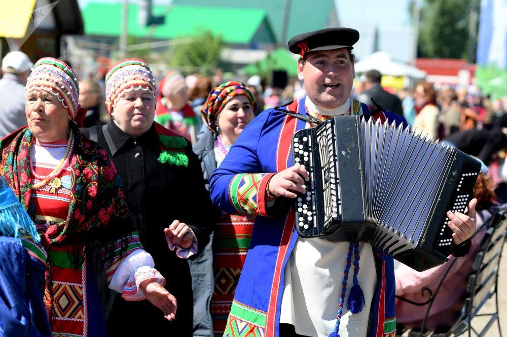 Účastníci ruského lidového festivalu Karavon v obci Russkoye Nikolskoye v Tatarstánu