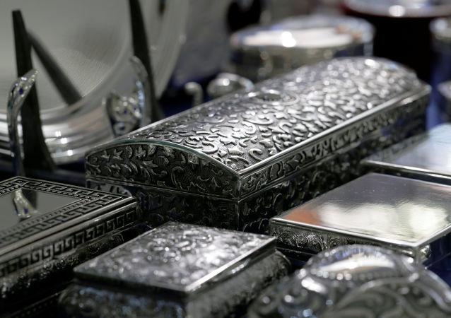 Stříbrné ozdobné skříňky
