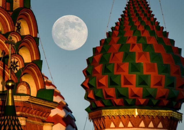 Katedrála sv. Bazila a měsíc v úplňku