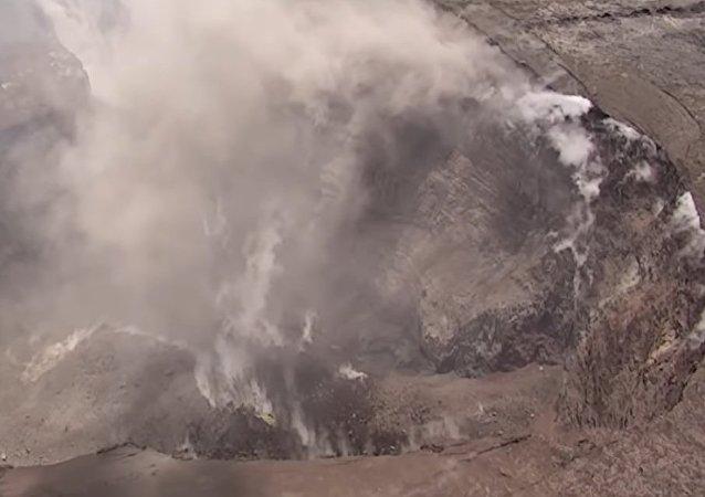 Dron natočil krátery velikosti 90 fotbalových hřišť na vrcholu sopky Kilauea