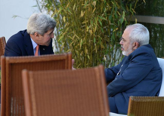John Kerry a Mohammad Džavad Zarif