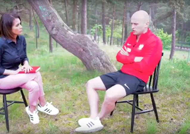 Fotbalista polské reprezentace předvedl zázračnou reakci a zachránil novinářku (VIDEO)