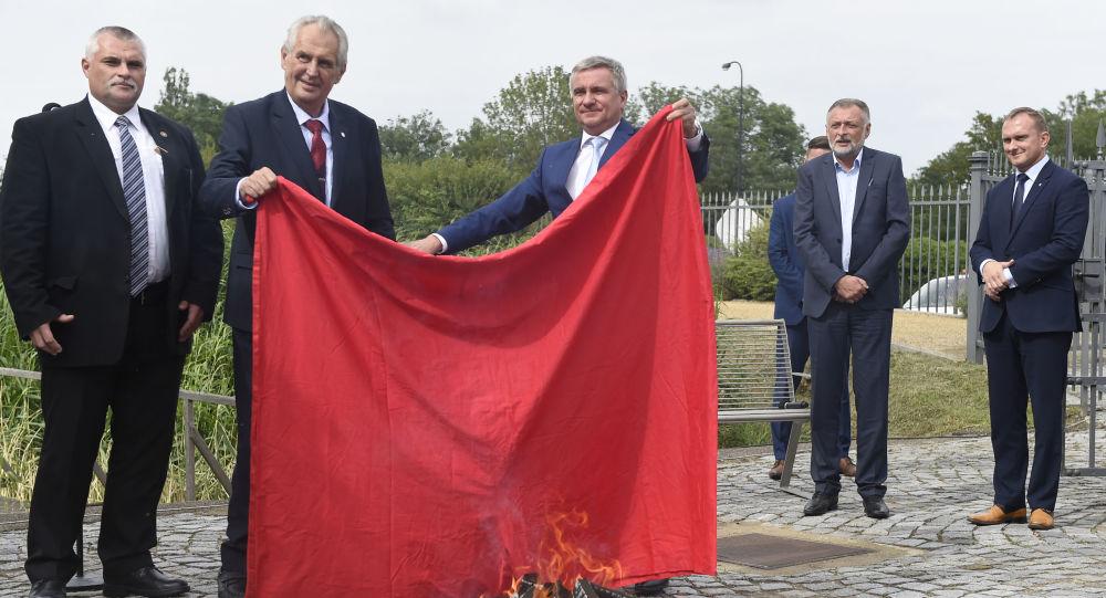 Miloš Zeman s Vratislavem Minářem drží nad ohněm červené trenýrky