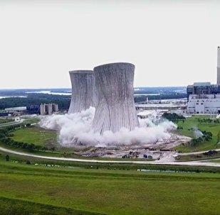 Na Floridě natočili výbuch dvou 140metrových chladících věží (VIDEO)