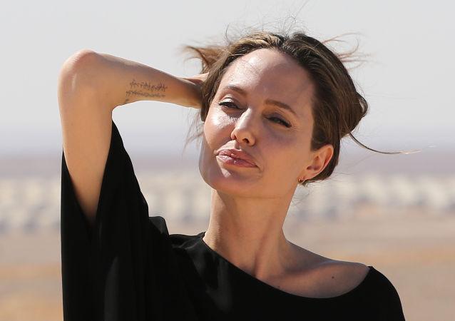 Angelina Jolie, která je velvyslankyní dobré vůle Úřadu vysokého komisaře OSN pro uprchlíky (UNHCR), navštívila uprchlický tábor na severu Iráku.