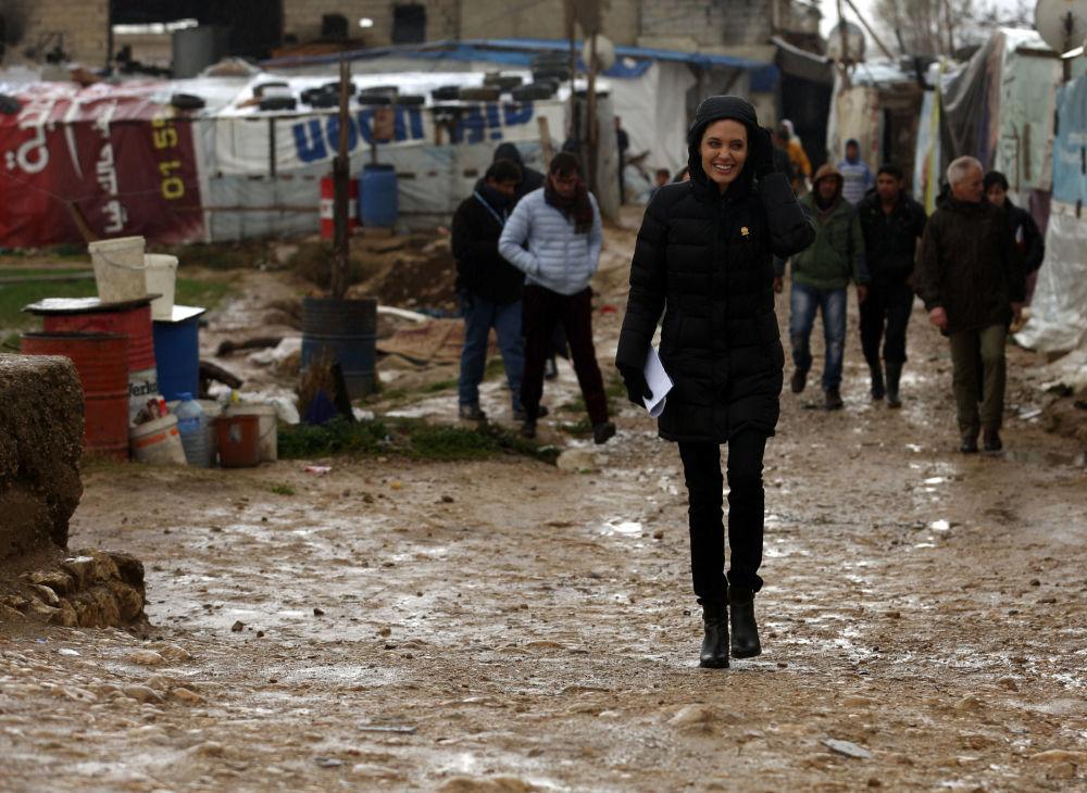 Herečka a velvyslankyně OSN Angelina Jolie v táboře syrských uprchlíků na severu Jordánska