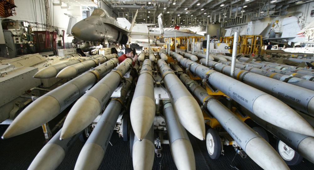 Rakety AMRAAM na americké letadlové lodi Kitty Hawk