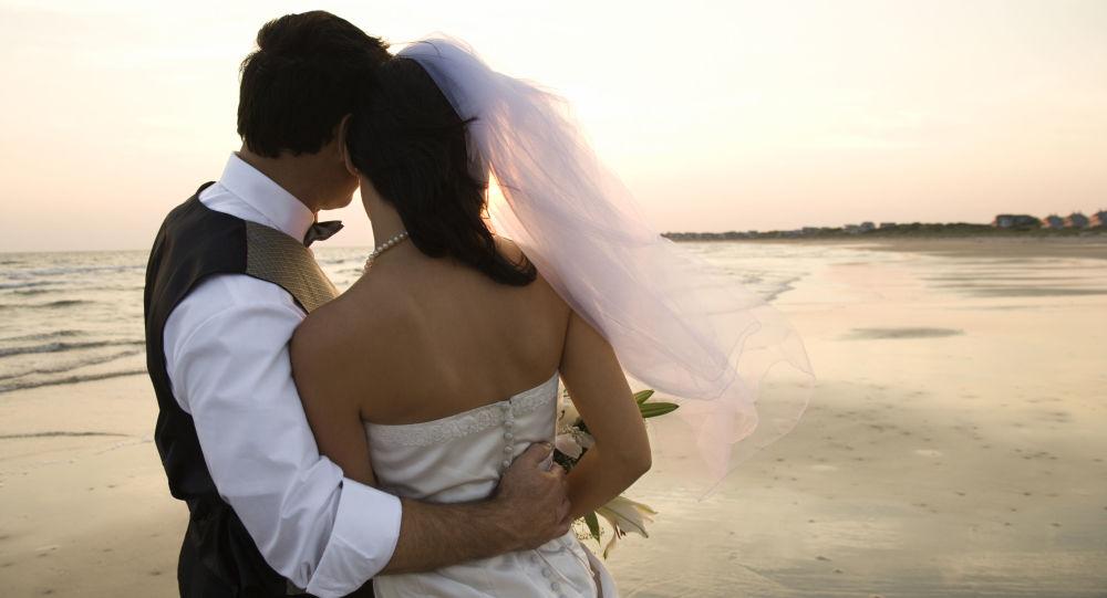 Manželé na pláži. Ilustrační foto