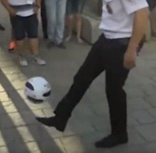 Messi někde nervózně kouří: Ruský policista ohromil cizince svým ovládáním míče