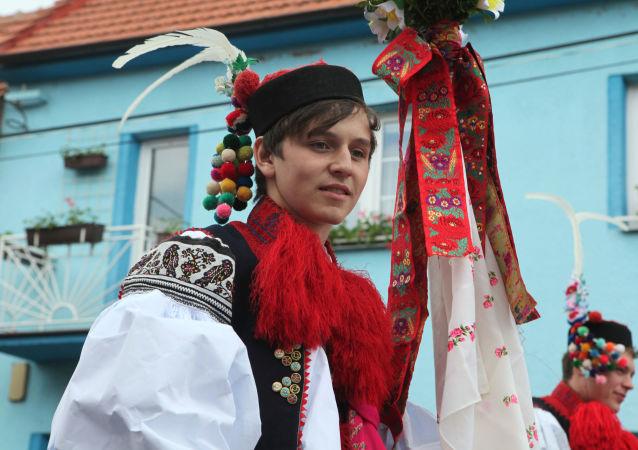 Mladík v tradičním moravském kostýmu