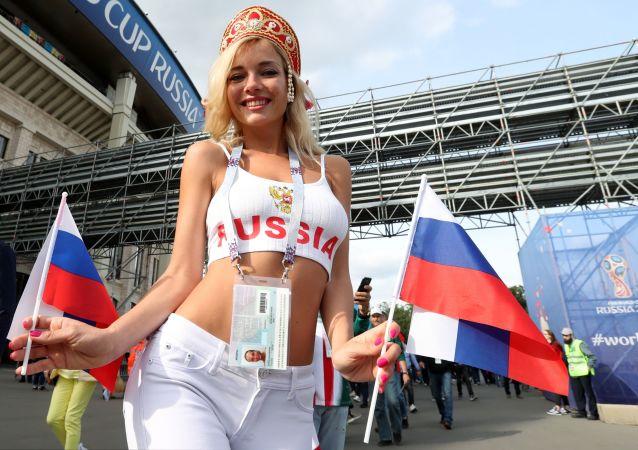 Fanynka ruské reprezentace před utkáním se Saúdskou Arábií