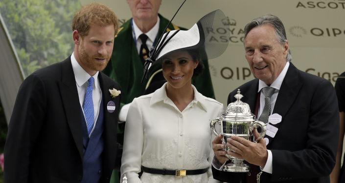 Princ Harry a jeho manželka Meghan na dostizích v Ascotu