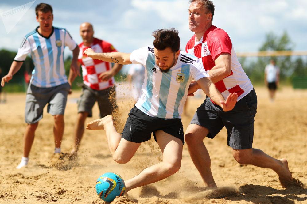 Pozor, bude horko! Přátelský zápas v plážovém fotbalu mezi fanoušky Argentiny a Chorvatska