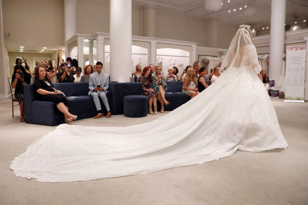 Toaletní papír, lepidlo a trochu nití. Tyto svatební šaty se zalíbí i přísným ledy