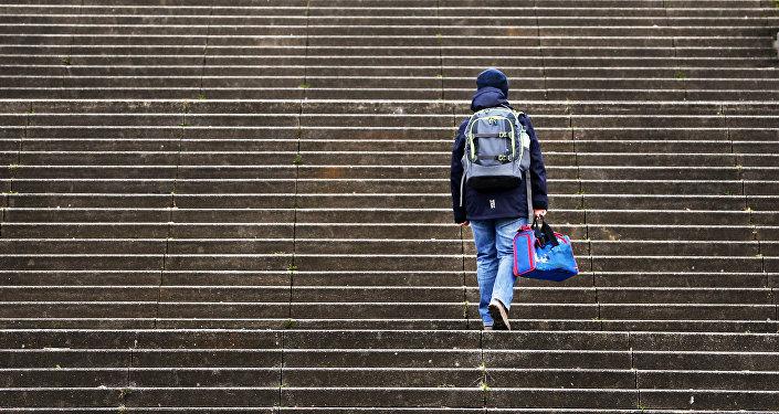 chlapec se šplhá po schodech