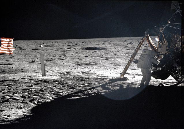 Neil Armstrong na Měsíci.