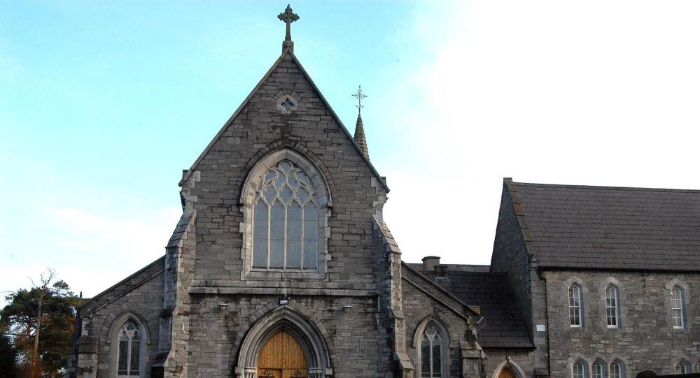 Auto najelo do davu chodců před kostelem v okolí Dublinu (FOTO, VIDEO)
