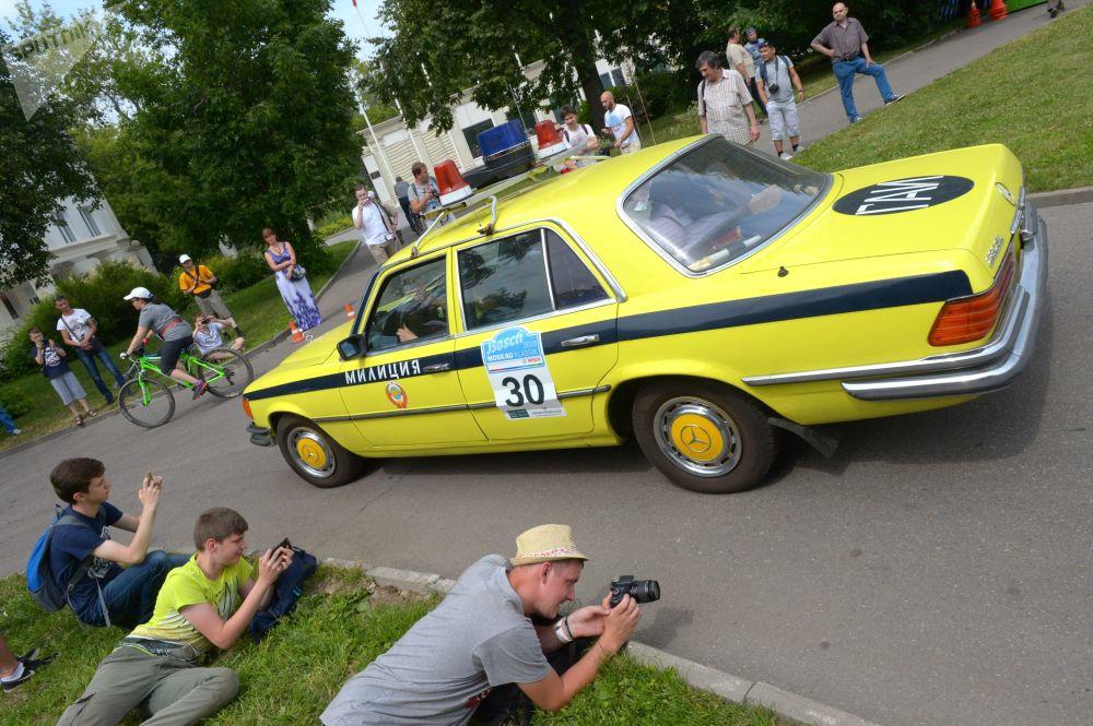 Mercedes-Benz 280 před rally starých vozů Bosch Moskau Klassik v Moskvě.
